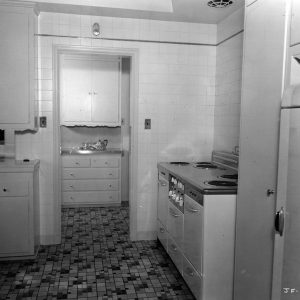 1930-joan-fontaine-kitchen-hulton-archive