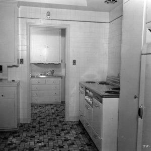 1930-joan-fontaine-kitchen-hulton-archive